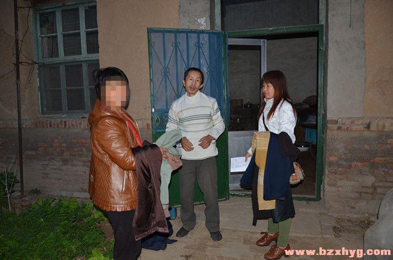 【市区】20141101给贫困老人送衣服暨爱心煤调查活动风采之一